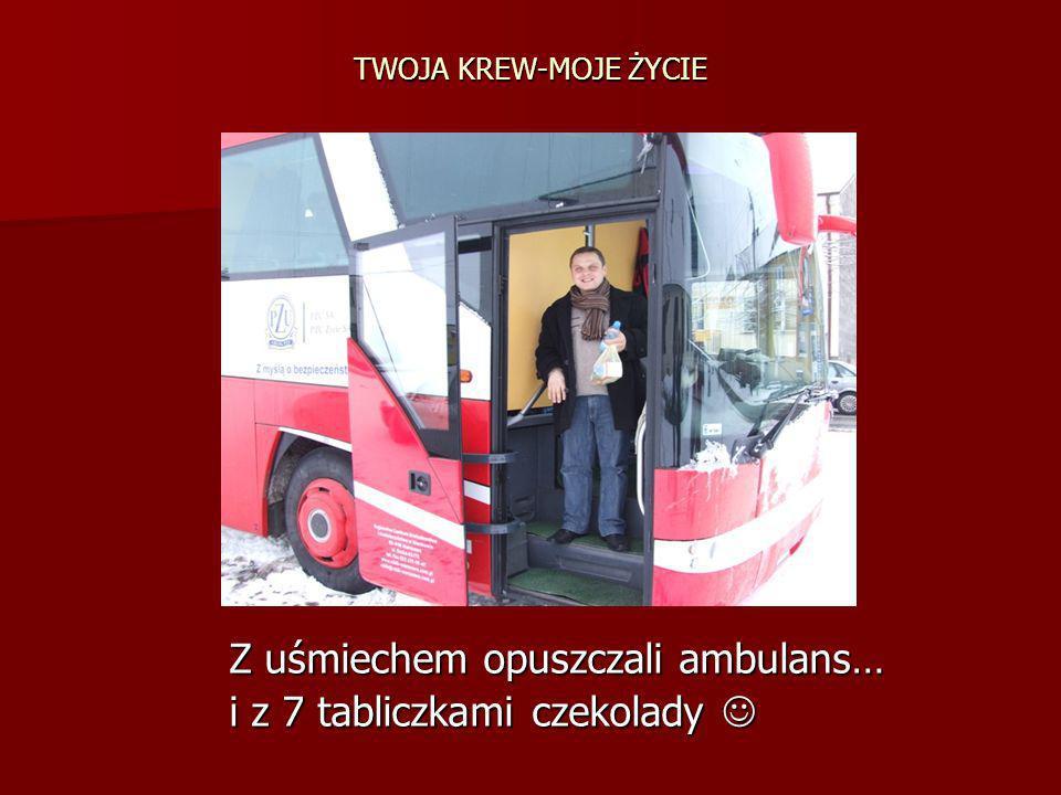 TWOJA KREW-MOJE ŻYCIE Z uśmiechem opuszczali ambulans… Z uśmiechem opuszczali ambulans… i z 7 tabliczkami czekolady i z 7 tabliczkami czekolady