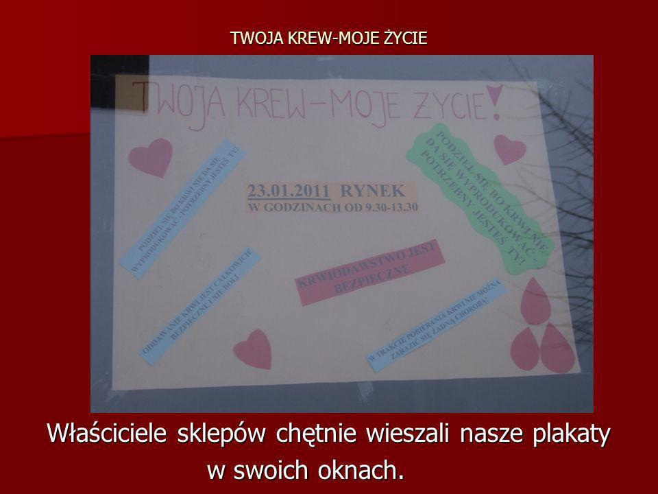 TWOJA KREW-MOJE ŻYCIE Właściciele sklepów chętnie wieszali nasze plakaty Właściciele sklepów chętnie wieszali nasze plakaty w swoich oknach. w swoich