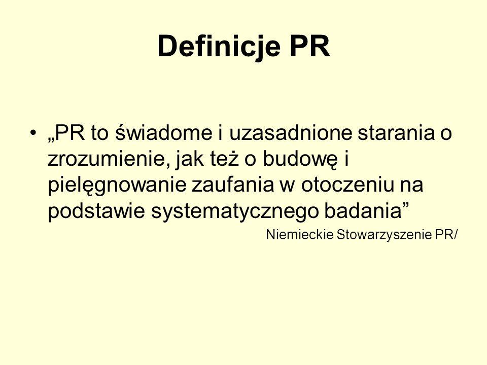 Definicje PR PR jest funkcją zarządzania o ciągłym i planowym charakterze, dzięki której organizacja pozyskuje i podtrzymuje zrozumienie, sympatie i poparcie tych, którymi jest zainteresowana w przyszłości, poprzez badanie ich opinii o organizacji w celu maksymalnego dostosowania do nich swoich celów i swojej działalności, aby osiągnąć – poprzez planowe, szerokie rozpowszechnianie informacji – lepszą współpracę ze społeczeństwem oraz skuteczniej realizować swoje interesy /Międzynarodowe Stowarzyszenie PR /