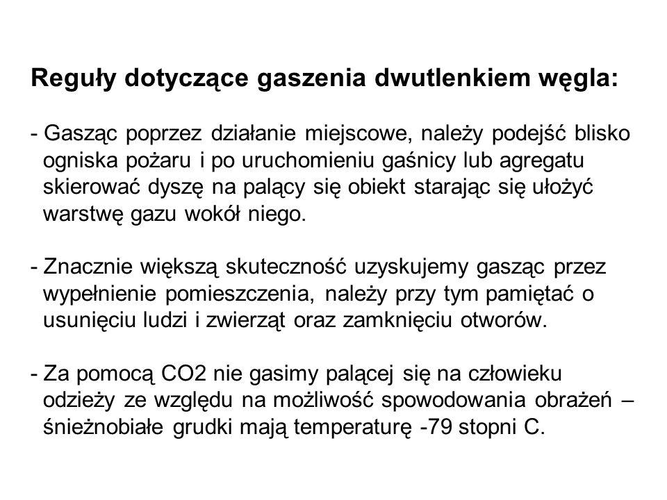 Reguły dotyczące gaszenia dwutlenkiem węgla: - Gasząc poprzez działanie miejscowe, należy podejść blisko ogniska pożaru i po uruchomieniu gaśnicy lub agregatu skierować dyszę na palący się obiekt starając się ułożyć warstwę gazu wokół niego.
