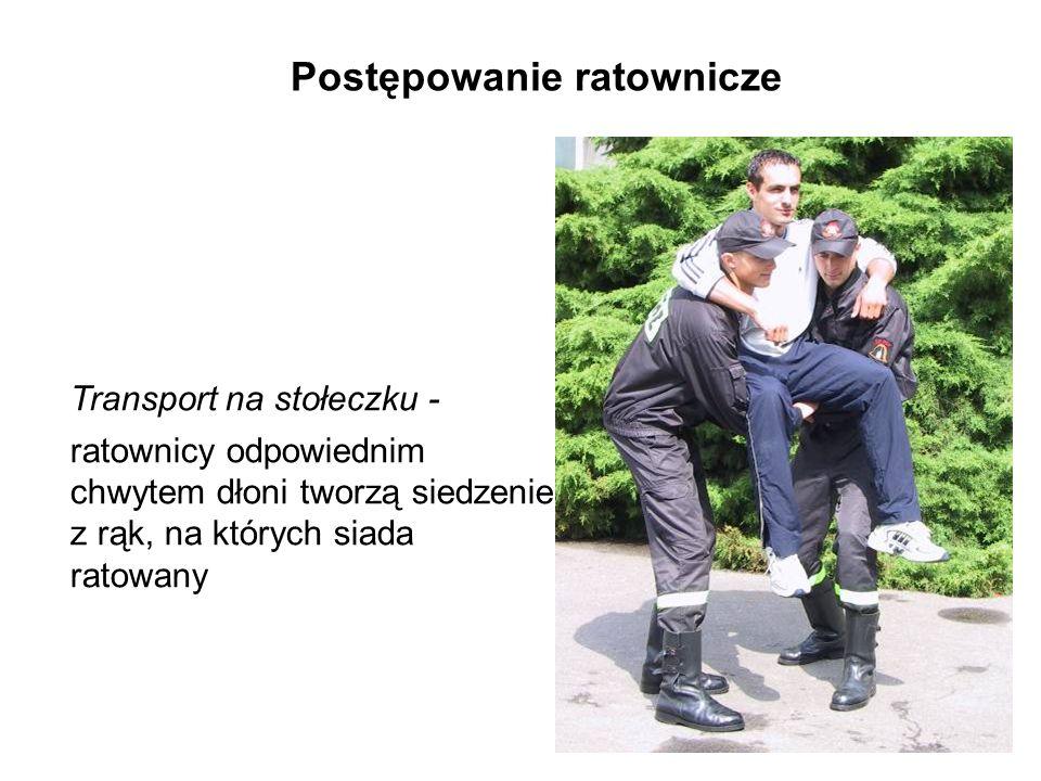Postępowanie ratownicze Transport na stołeczku - ratownicy odpowiednim chwytem dłoni tworzą siedzenie z rąk, na których siada ratowany