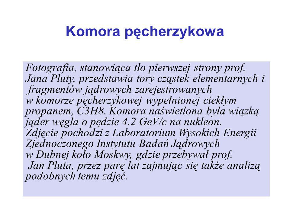 Fotografia, stanowiąca tło pierwszej strony prof. Jana Pluty, przedstawia tory cząstek elementarnych i fragmentów jądrowych zarejestrowanych w komorze