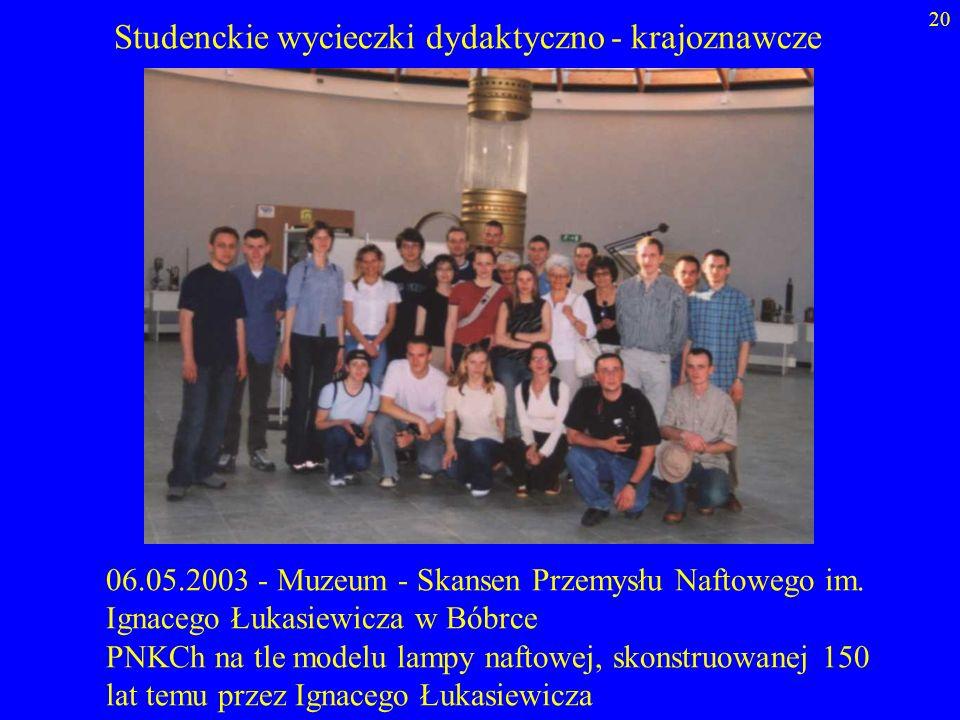 20 06.05.2003 - Muzeum - Skansen Przemysłu Naftowego im. Ignacego Łukasiewicza w Bóbrce PNKCh na tle modelu lampy naftowej, skonstruowanej 150 lat tem