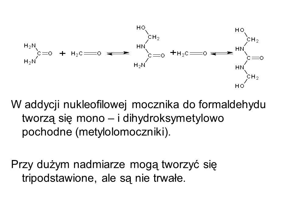 W addycji nukleofilowej mocznika do formaldehydu tworzą się mono – i dihydroksymetylowo pochodne (metylolomoczniki). Przy dużym nadmiarze mogą tworzyć
