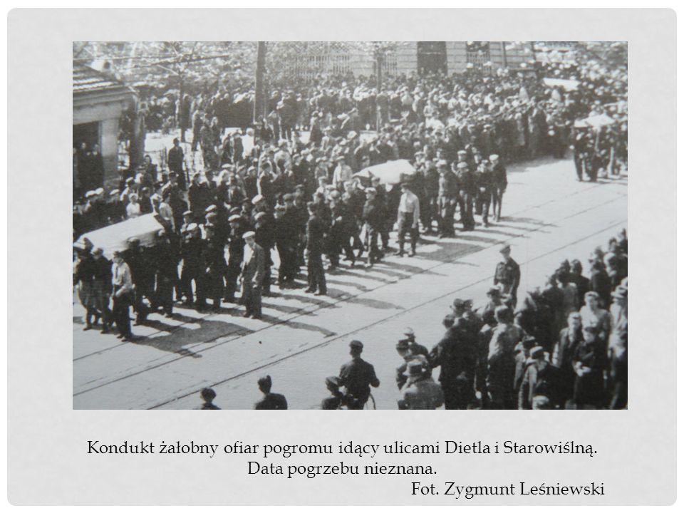 Kondukt żałobny ofiar pogromu idący ulicami Dietla i Starowiślną. Data pogrzebu nieznana. Fot. Zygmunt Leśniewski