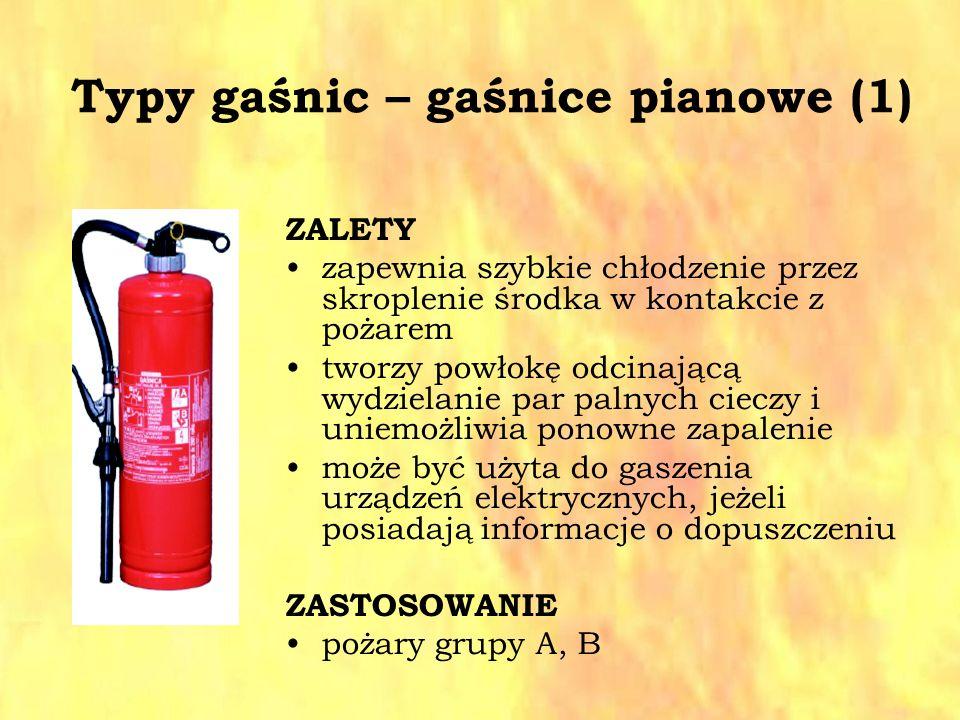 Typy gaśnic – gaśnice pianowe (1) ZALETY zapewnia szybkie chłodzenie przez skroplenie środka w kontakcie z pożarem tworzy powłokę odcinającą wydzielan