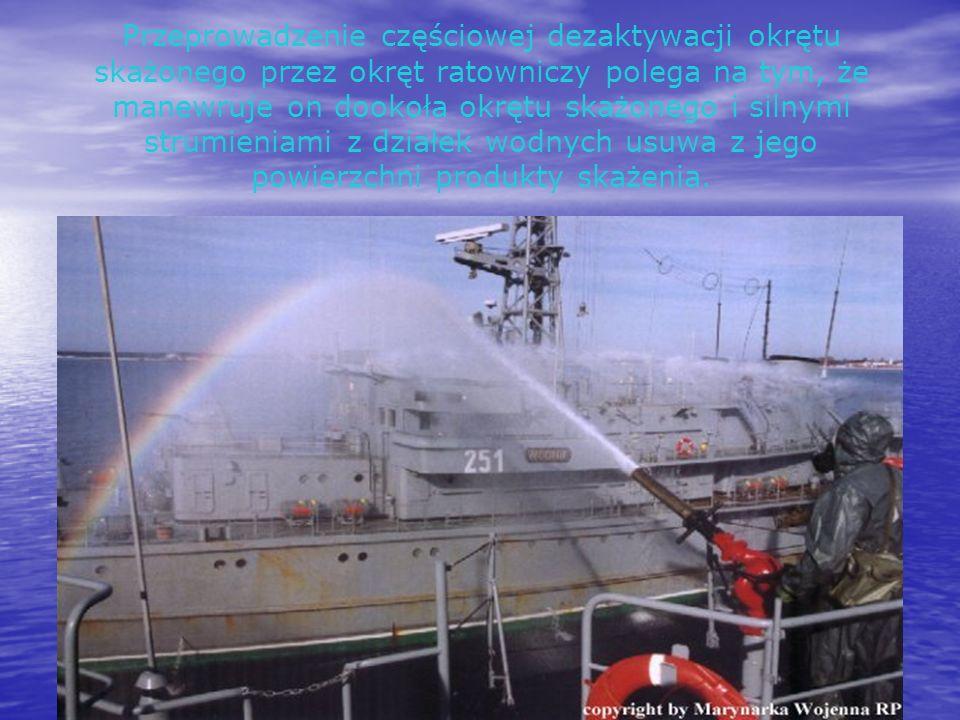Przeprowadzenie częściowej dezaktywacji okrętu skażonego przez okręt ratowniczy polega na tym, że manewruje on dookoła okrętu skażonego i silnymi stru