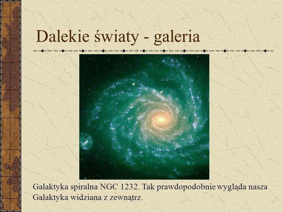 Dalekie światy - galeria Szerokokątne zdjęcie, ukazujące centralną część Drogi Mlecznej. Czerwone obszary to najczęściej mgławice emisyjne, złożone z