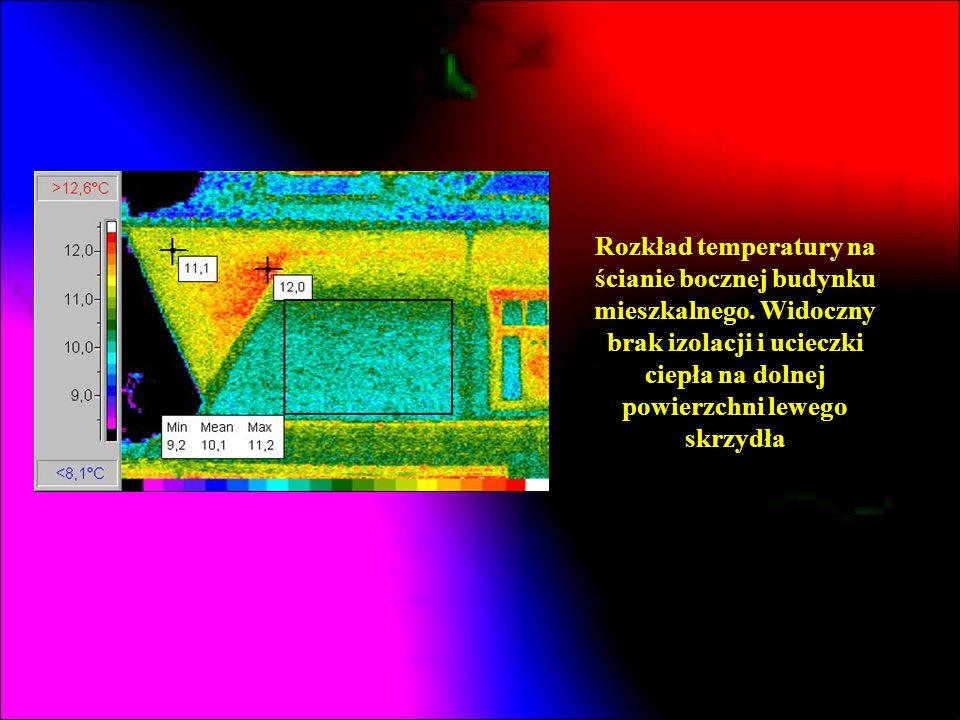 Rozkład temperatury na ścianie bocznej budynku mieszkalnego. Widoczny brak izolacji i ucieczki ciepła na dolnej powierzchni lewego skrzydła