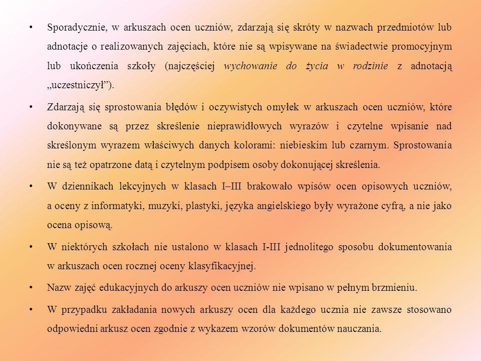 Sporadycznie, w arkuszach ocen uczniów, zdarzają się skróty w nazwach przedmiotów lub adnotacje o realizowanych zajęciach, które nie są wpisywane na ś