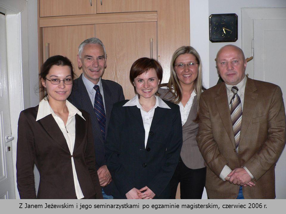 Z Janem Jeżewskim i jego seminarzystkami po egzaminie magisterskim, czerwiec 2006 r.