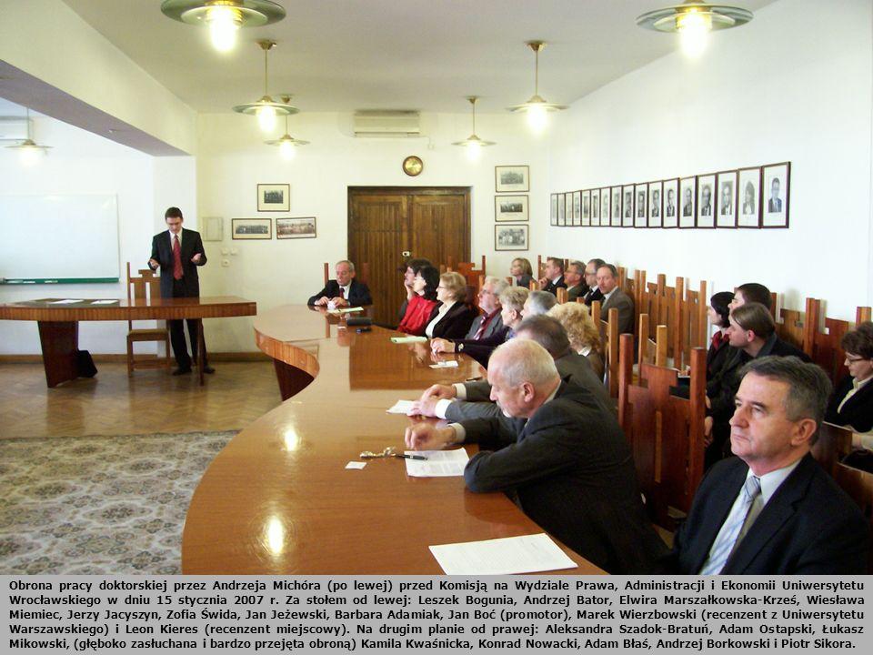 Obrona pracy doktorskiej przez Andrzeja Michóra (po lewej) przed Komisją na Wydziale Prawa, Administracji i Ekonomii Uniwersytetu Wrocławskiego w dniu