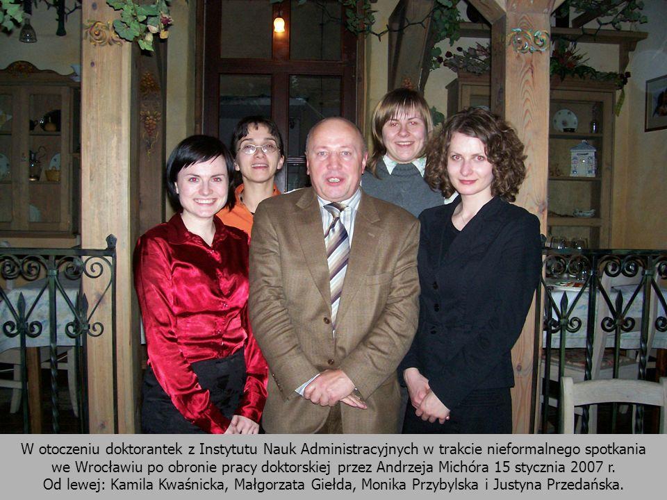 W otoczeniu doktorantek z Instytutu Nauk Administracyjnych w trakcie nieformalnego spotkania we Wrocławiu po obronie pracy doktorskiej przez Andrzeja