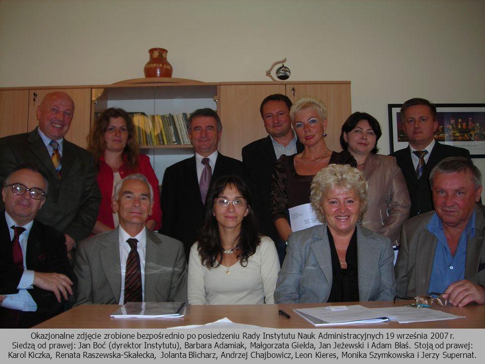 Okazjonalne zdjęcie zrobione bezpośrednio po posiedzeniu Rady Instytutu Nauk Administracyjnych 19 września 2007 r. Siedzą od prawej: Jan Boć (dyrektor