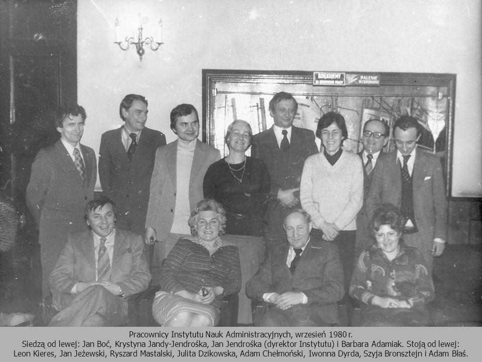Pracownicy Instytutu Nauk Administracyjnych, wrzesień 1980 r. Siedzą od lewej: Jan Boć, Krystyna Jandy-Jendrośka, Jan Jendrośka (dyrektor Instytutu) i