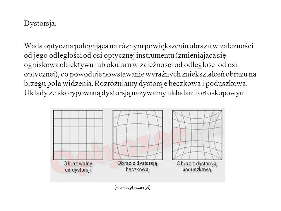 Dystorsja. Wada optyczna polegająca na różnym powiększeniu obrazu w zależności od jego odległości od osi optycznej instrumentu (zmieniająca się ognisk