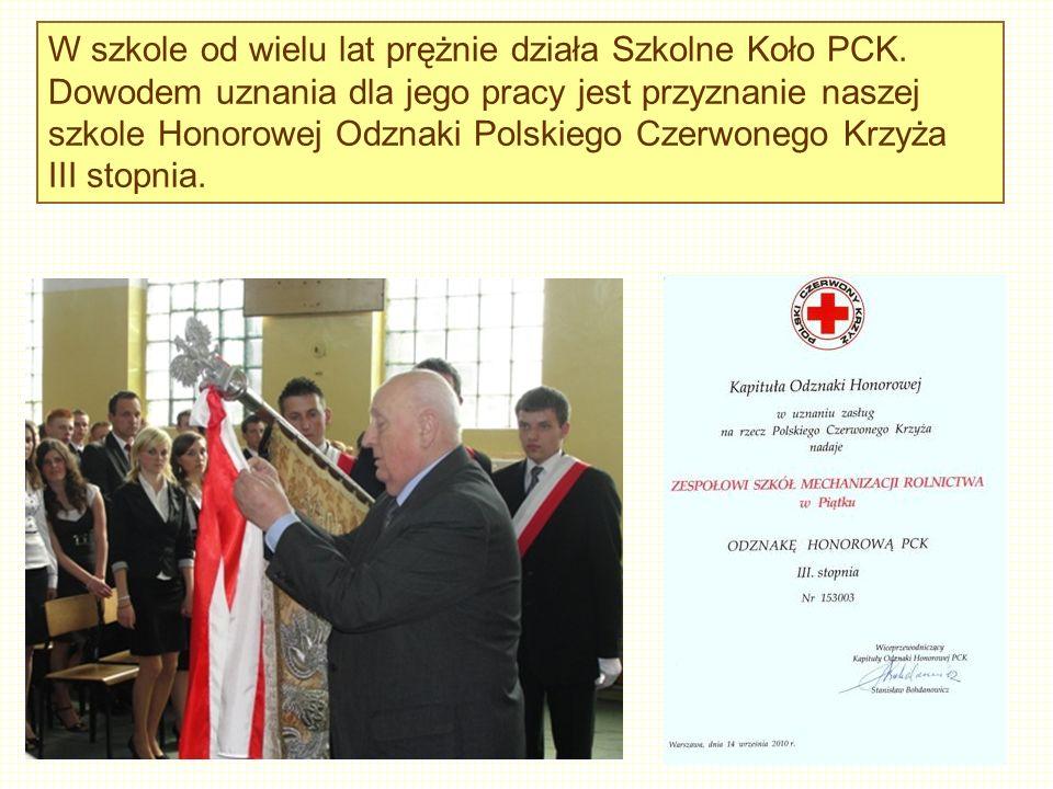W szkole od wielu lat prężnie działa Szkolne Koło PCK. Dowodem uznania dla jego pracy jest przyznanie naszej szkole Honorowej Odznaki Polskiego Czerwo