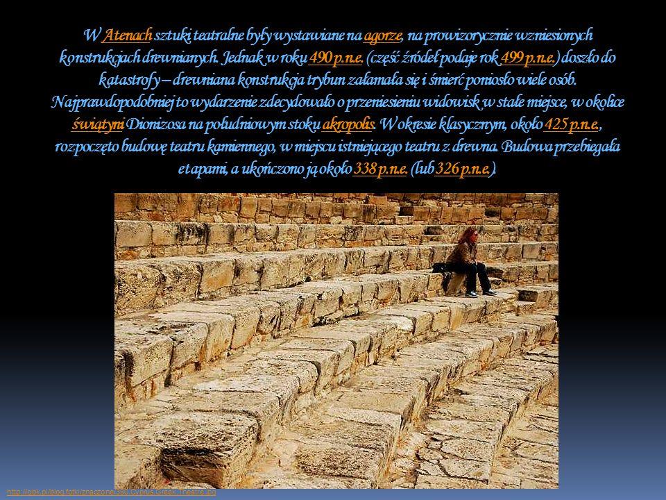 W Atenach sztuki teatralne były wystawiane na agorze, na prowizorycznie wzniesionych konstrukcjach drewnianych. Jednak w roku 490 p.n.e. (część źródeł