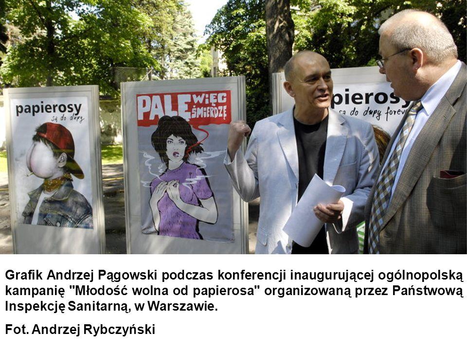 Grafik Andrzej Pągowski podczas konferencji inaugurującej ogólnopolską kampanię