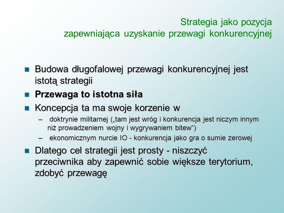 Strategia jako pozycja zapewniająca uzyskanie przewagi konkurencyjnej n Definicja: strategia jest pozycją firmy na rynku - wobec odbiorców i konkurent
