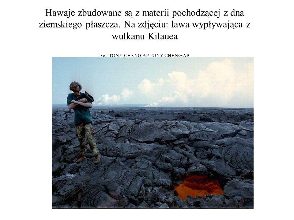 Hawaje zbudowane są z materii pochodzącej z dna ziemskiego płaszcza. Na zdjęciu: lawa wypływająca z wulkanu Kilauea Fot. TONY CHENG AP TONY CHENG AP