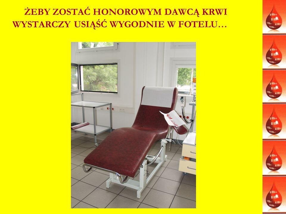 LEGITYMACJA I ODZNAKI ZASŁUŻONEGO HONOROWEGO DAWCY KRWI Tytuł i odznaka honorowa Zasłużony Honorowy Dawca Krwi jest zaszczytnym wyróżnieniem nadawanym honorowym dawcom krwi po oddaniu krwi w ilości: Zasłużony Honorowy Dawca Krwi (dawniej III stopnia) przysługuje honorowemu dawcy krwi: * kobiecie, która oddała w dowolnym okresie co najmniej 5 litrów krwi lub odpowiadającą tej objętości ilość innych jej składników, *mężczyźnie, który oddał w dowolnym okresie co najmniej 6 litrów krwi lub odpowiadającą tej objętości ilość innych jej składników.