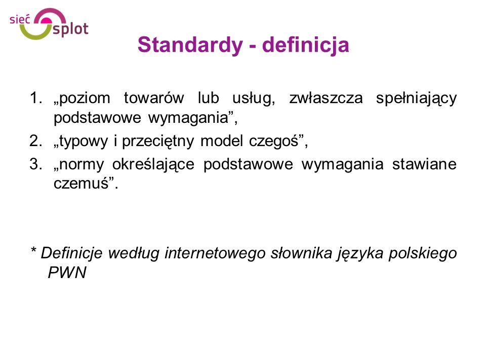 Standardy - definicja 1.poziom towarów lub usług, zwłaszcza spełniający podstawowe wymagania, 2.typowy i przeciętny model czegoś, 3.normy określające
