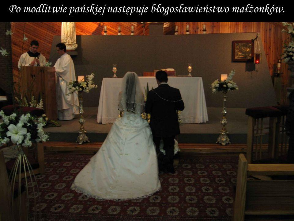 Po modlitwie pańskiej następuje błogosławieństwo małżonków.