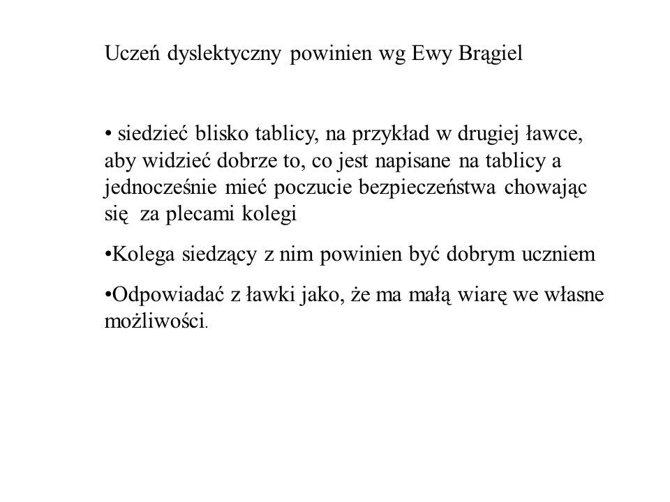 Uczeń dyslektyczny powinien wg Ewy Brągiel siedzieć blisko tablicy, na przykład w drugiej ławce, aby widzieć dobrze to, co jest napisane na tablicy a