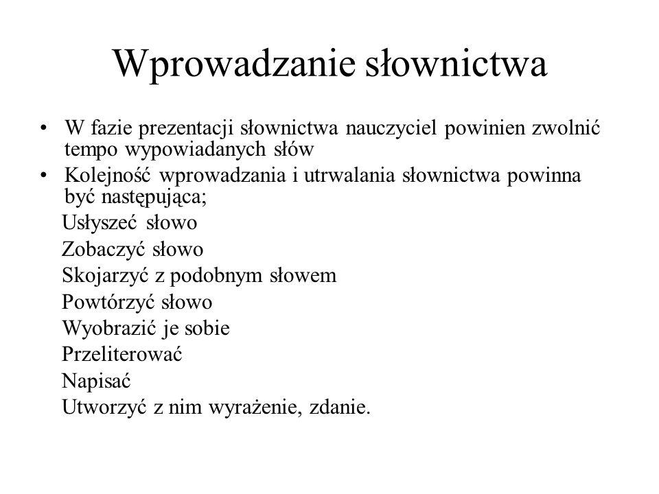 Nowe wyrazy możemy objaśniać za pomocą obrazka formy opisowej kontekstu podania synonimu/antonimu tworzenia związku z nowym wyrazem polskiego odpowiednika