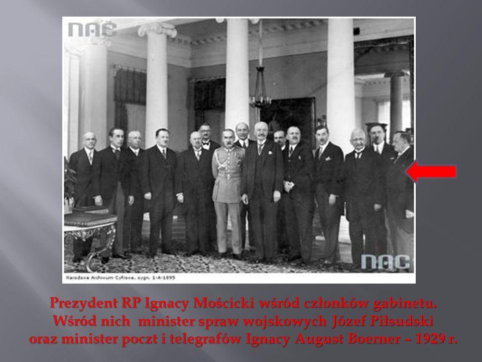 Prezydent RP Ignacy Mościcki wśród członków gabinetu. Wśród nich minister spraw wojskowych Józef Piłsudski oraz minister poczt i telegrafów Ignacy Aug