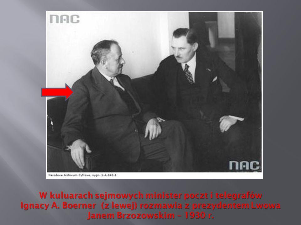 W kuluarach sejmowych minister poczt i telegrafów Ignacy A. Boerner (z lewej) rozmawia z prezydentem Lwowa Janem Brzozowskim – 1930 r.