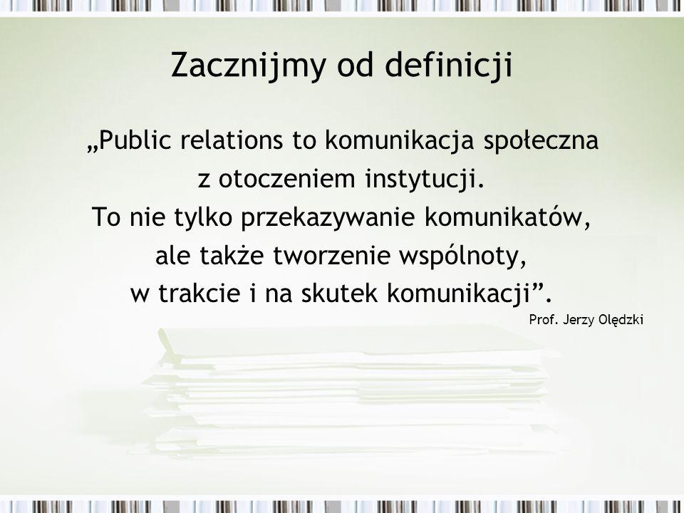 Zacznijmy od definicji Public relations to komunikacja społeczna z otoczeniem instytucji. To nie tylko przekazywanie komunikatów, ale także tworzenie