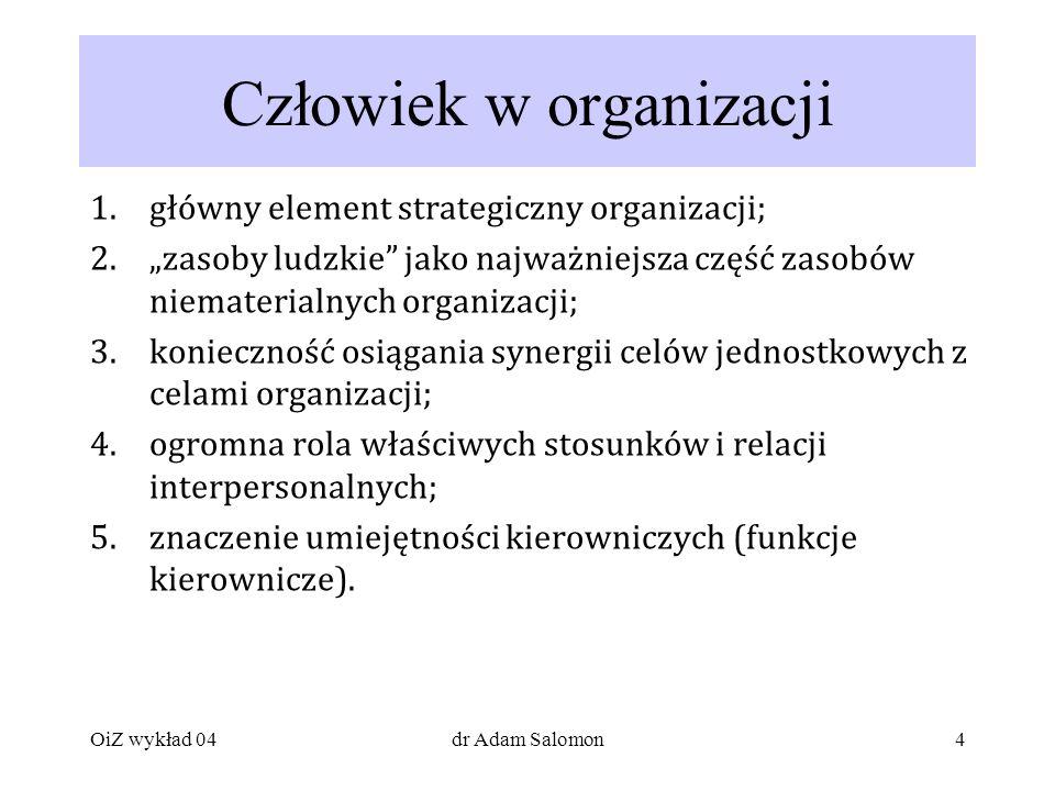 4 Człowiek w organizacji 1.główny element strategiczny organizacji; 2.zasoby ludzkie jako najważniejsza część zasobów niematerialnych organizacji; 3.konieczność osiągania synergii celów jednostkowych z celami organizacji; 4.ogromna rola właściwych stosunków i relacji interpersonalnych; 5.znaczenie umiejętności kierowniczych (funkcje kierownicze).
