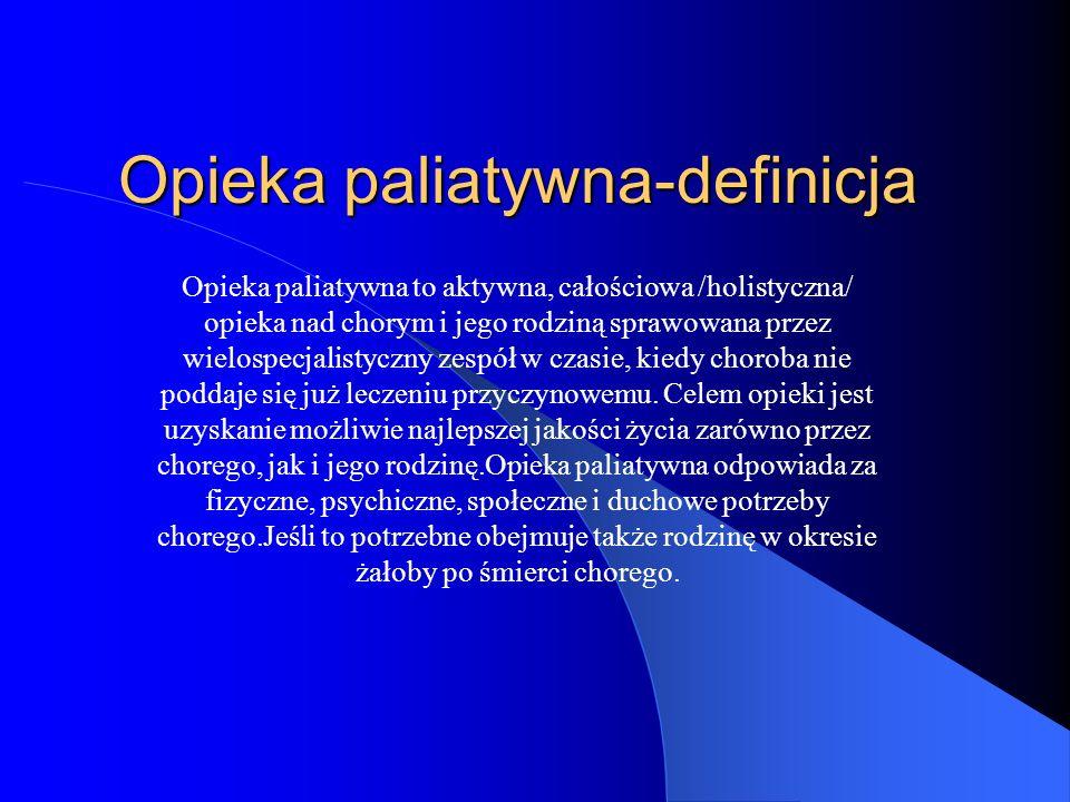 Opieka paliatywna-definicja Opieka paliatywna to aktywna, całościowa /holistyczna/ opieka nad chorym i jego rodziną sprawowana przez wielospecjalistyczny zespół w czasie, kiedy choroba nie poddaje się już leczeniu przyczynowemu.