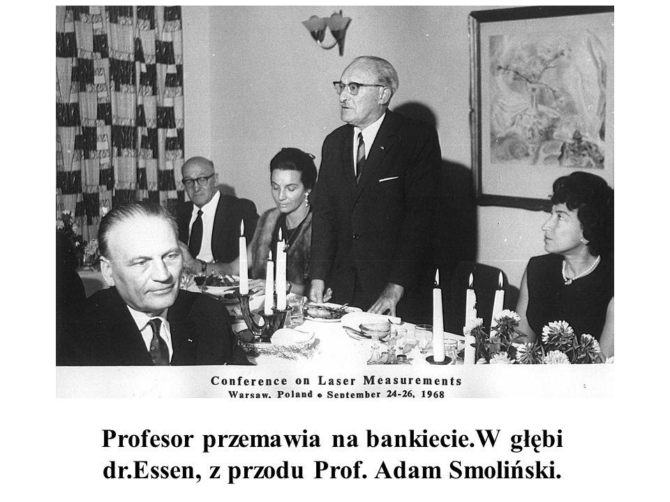 Profesor przemawia na bankiecie.W głębi dr.Essen, z przodu Prof. Adam Smoliński.