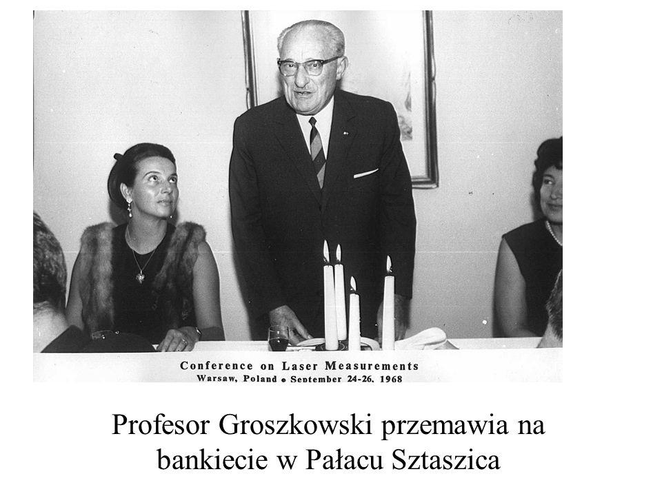 Profesor Groszkowski przemawia na bankiecie w Pałacu Sztaszica