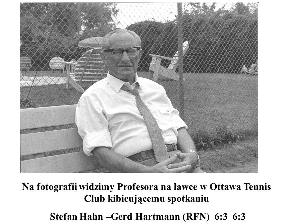Na fotografii widzimy Profesora na ławce w Ottawa Tennis Club kibicującemu spotkaniu Stefan Hahn –Gerd Hartmann (RFN) 6:3 6:3