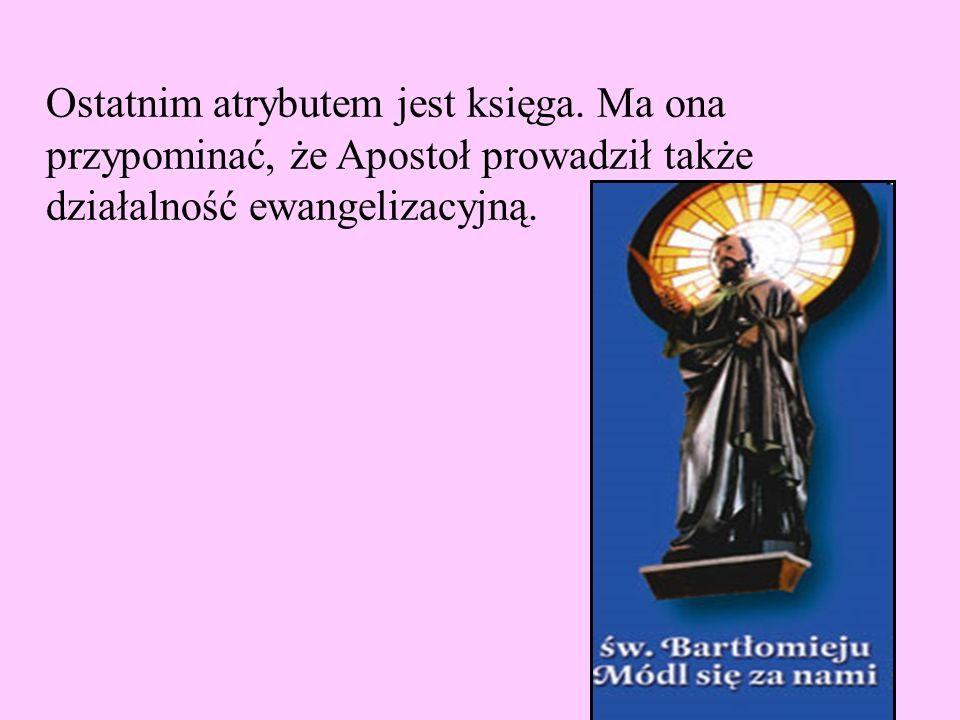 Ostatnim atrybutem jest księga. Ma ona przypominać, że Apostoł prowadził także działalność ewangelizacyjną.