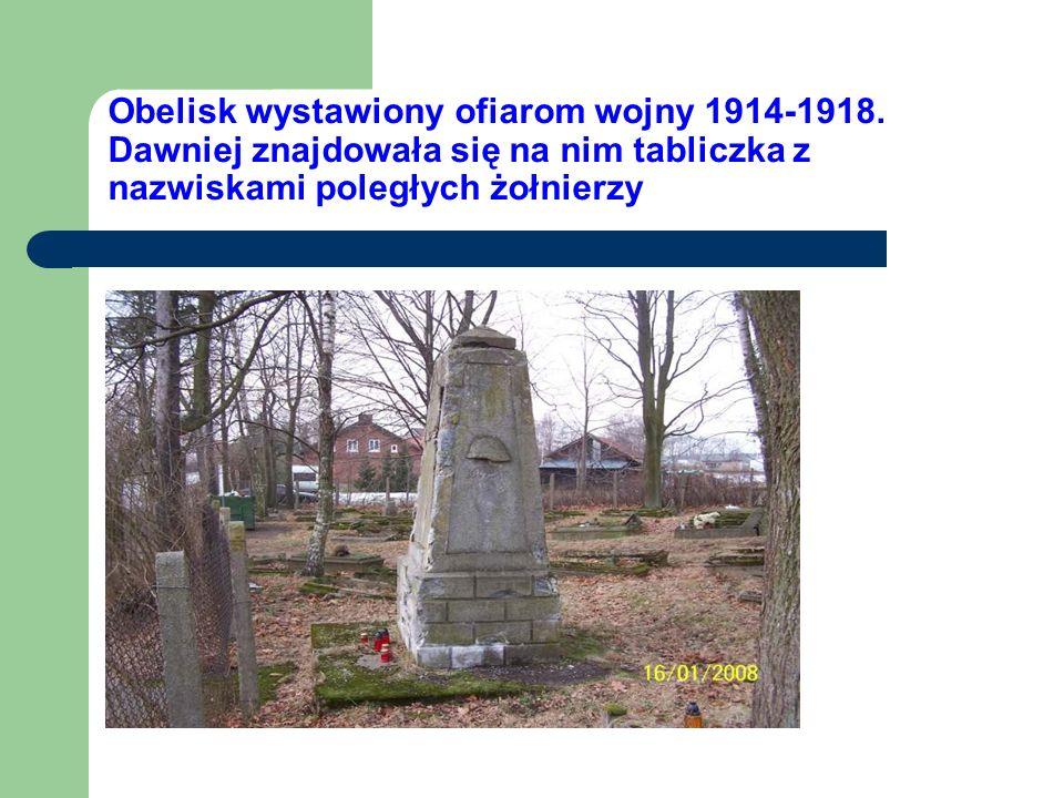 Obelisk wystawiony ofiarom wojny 1914-1918. Dawniej znajdowała się na nim tabliczka z nazwiskami poległych żołnierzy
