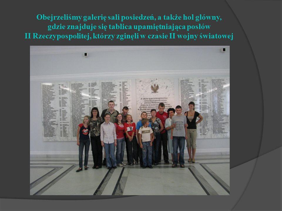 Obejrzeliśmy galerię sali posiedzeń, a także hol główny, gdzie znajduje się tablica upamiętniająca posłów II Rzeczypospolitej, którzy zginęli w czasie