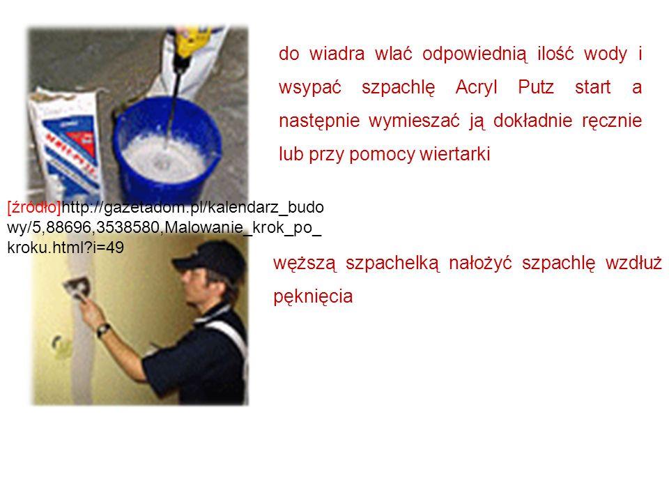 do wiadra wlać odpowiednią ilość wody i wsypać szpachlę Acryl Putz start a następnie wymieszać ją dokładnie ręcznie lub przy pomocy wiertarki węższą s