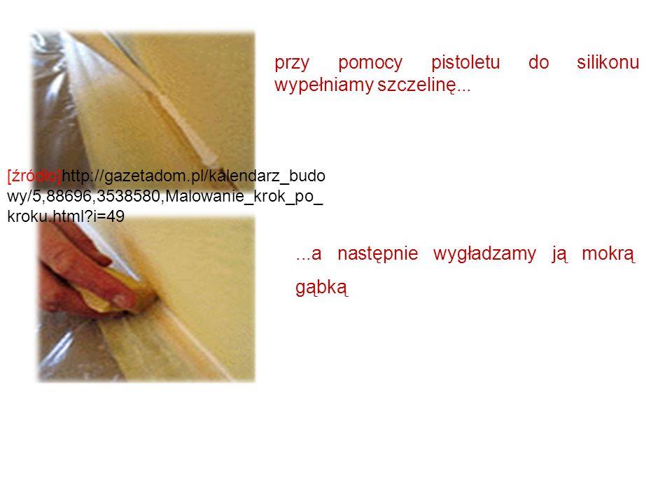 przy pomocy pistoletu do silikonu wypełniamy szczelinę......a następnie wygładzamy ją mokrą gąbką [źródło]http://gazetadom.pl/kalendarz_budo wy/5,8869