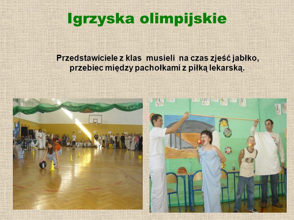 Igrzyska olimpijskie Przedstawiciele z klas musieli na czas zjeść jabłko, przebiec między pachołkami z piłką lekarską.