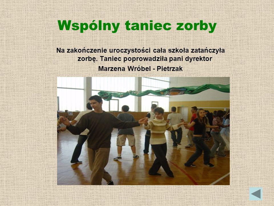 Wspólny taniec zorby Na zakończenie uroczystości cała szkoła zatańczyła zorbę. Taniec poprowadziła pani dyrektor Marzena Wróbel - Pietrzak