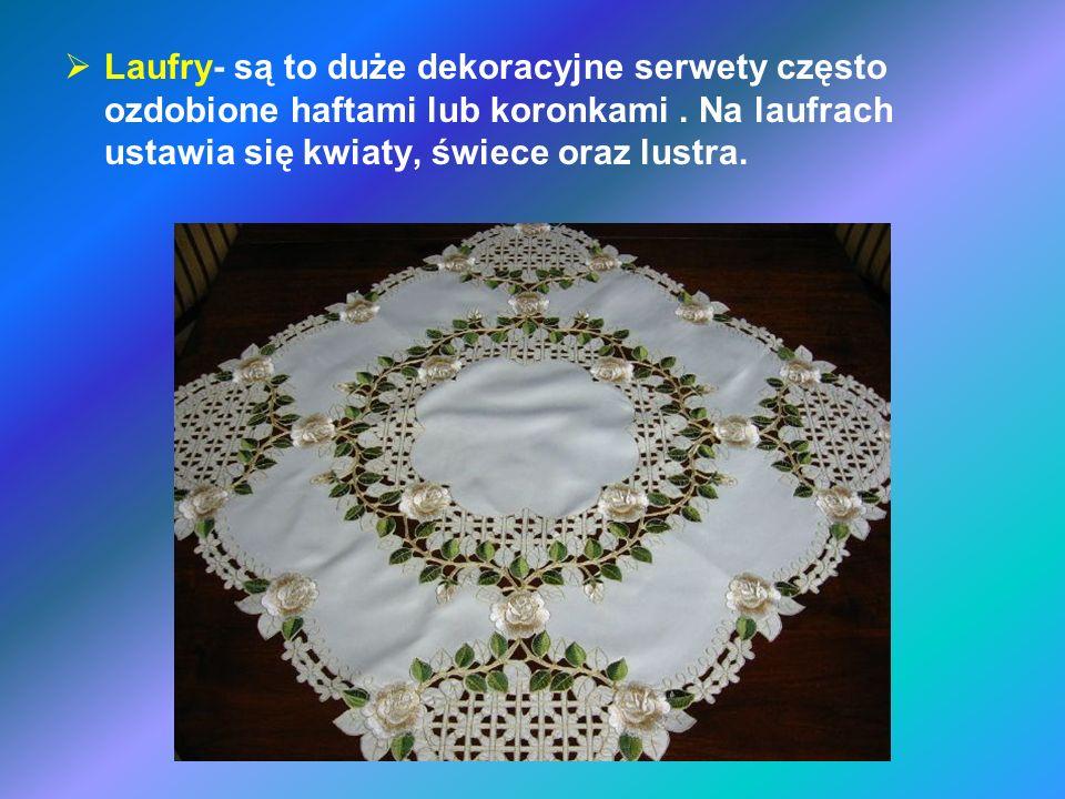 Laufry- są to duże dekoracyjne serwety często ozdobione haftami lub koronkami. Na laufrach ustawia się kwiaty, świece oraz lustra.