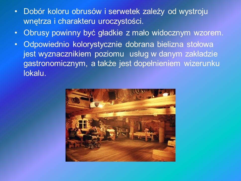 Ścielenie obrusa Blat stołu powinien być czysty; stoły powinny mieć tą samą wysokość.