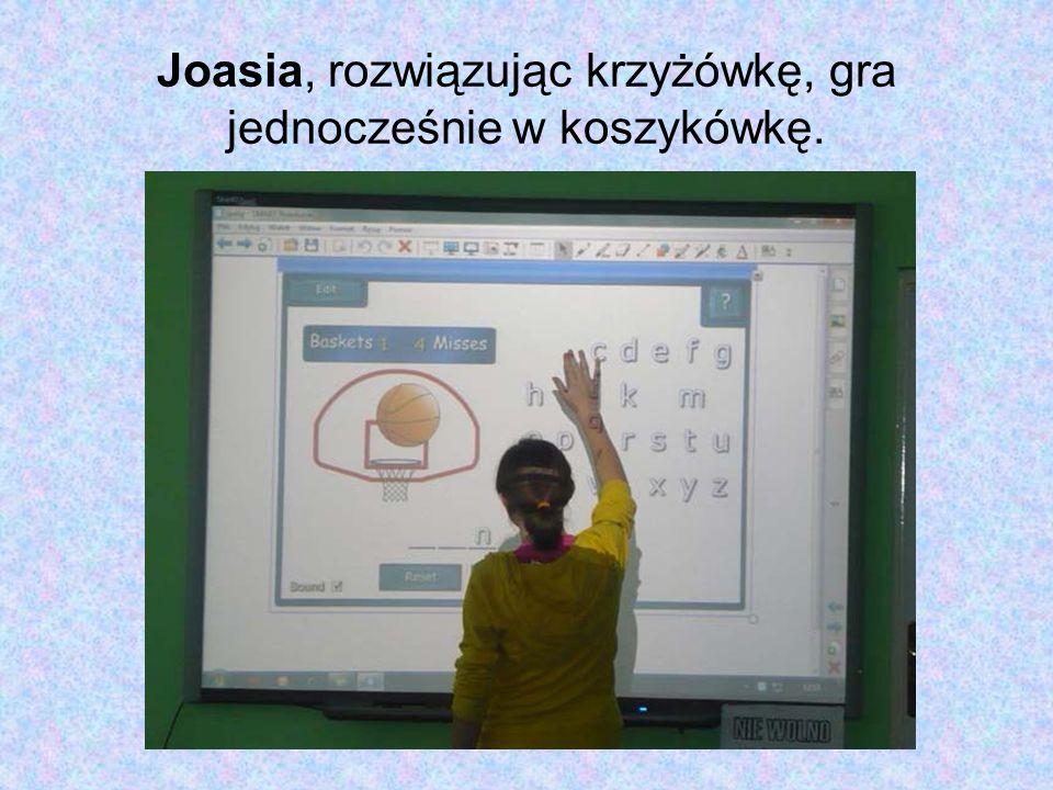 Joasia, rozwiązując krzyżówkę, gra jednocześnie w koszykówkę.