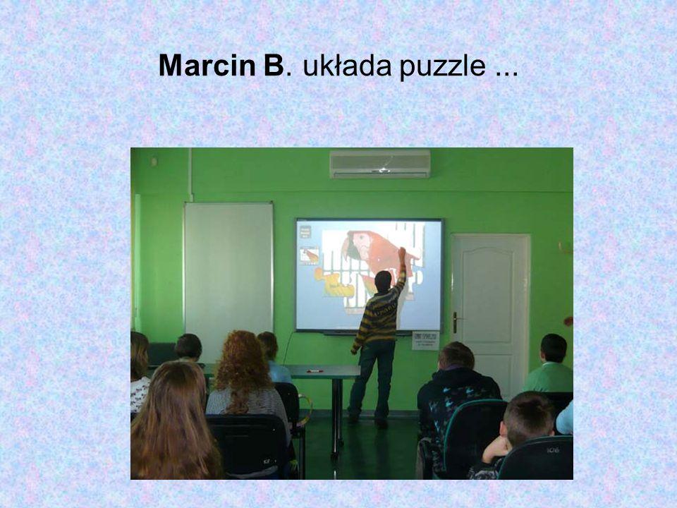 Marcin B. układa puzzle...