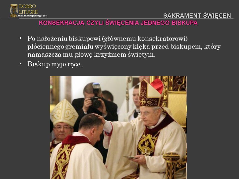 SAKRAMENT ŚWIĘCEŃ Po nałożeniu biskupowi (głównemu konsekratorowi) płóciennego gremiału wyświęcony klęka przed biskupem, który namaszcza mu głowę krzy